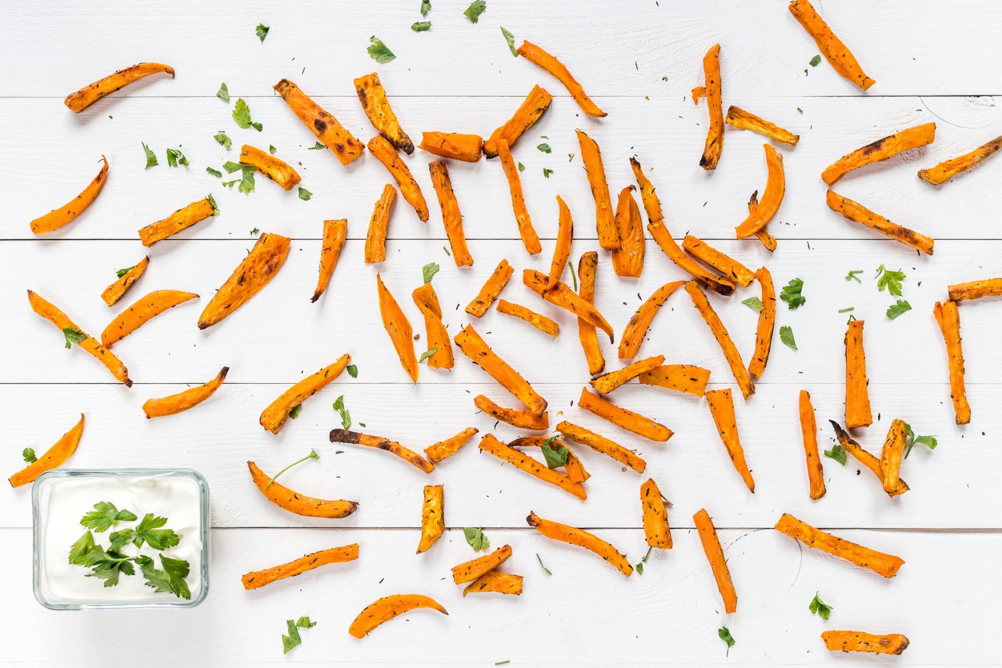 Jak zrobić frytki z batatów w piekarniku? Wersja fit