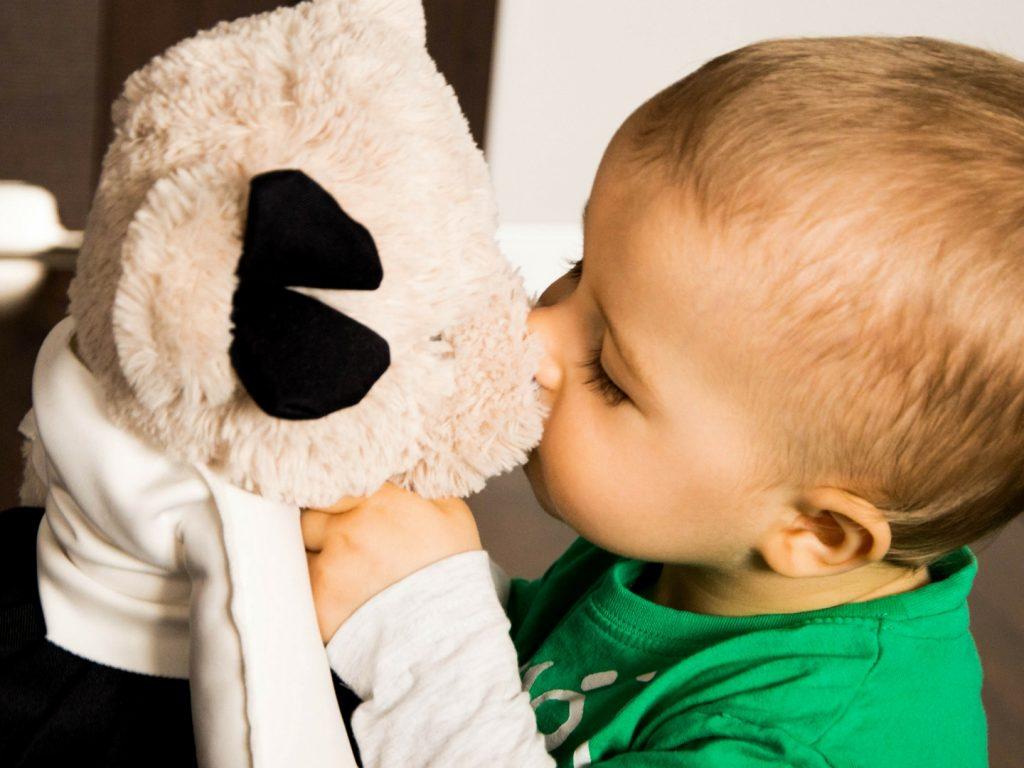 chłopiec bawi się lalkami