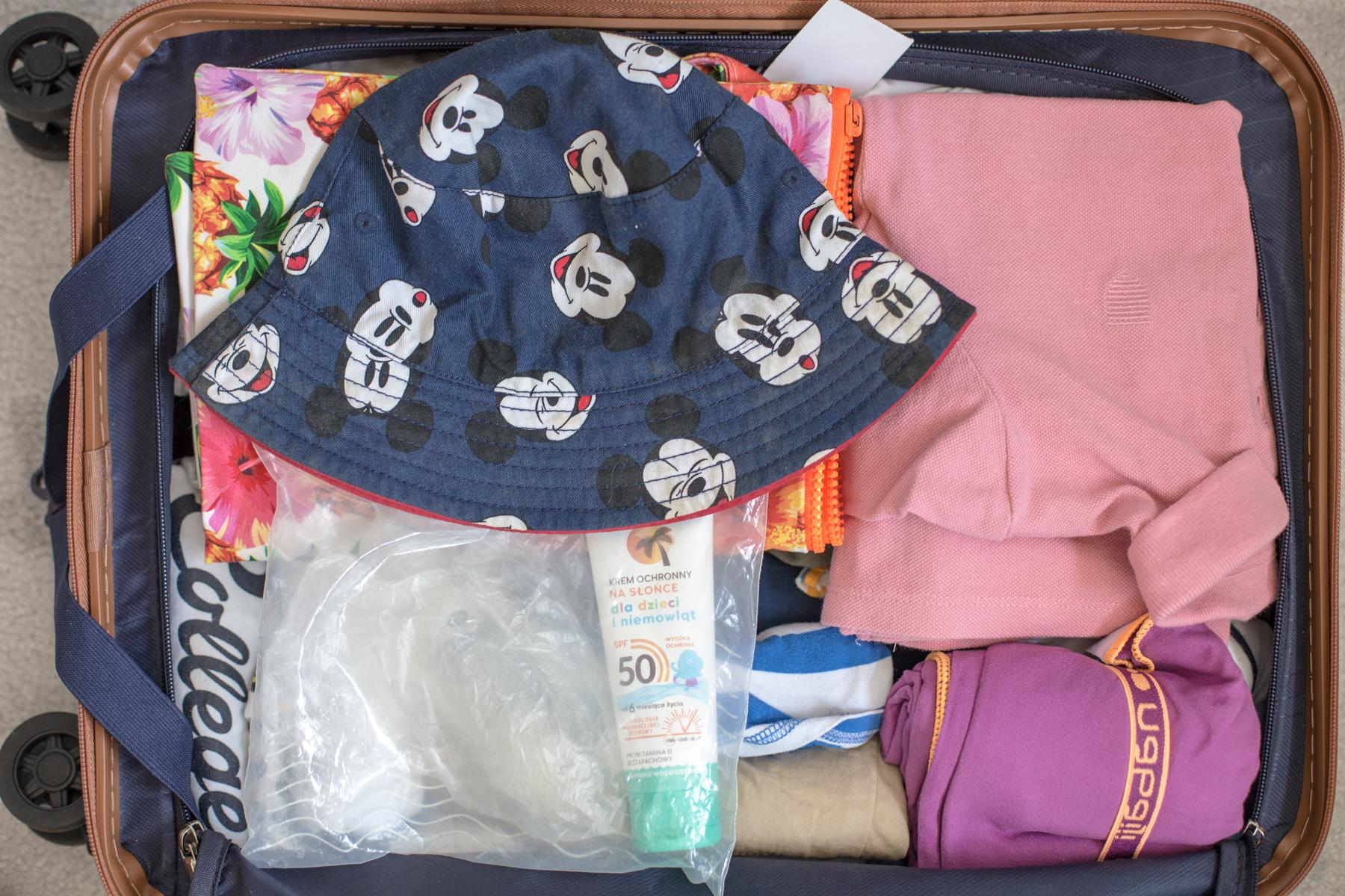 Jak spakować dzieci w bagaż podręczny na wakacje?